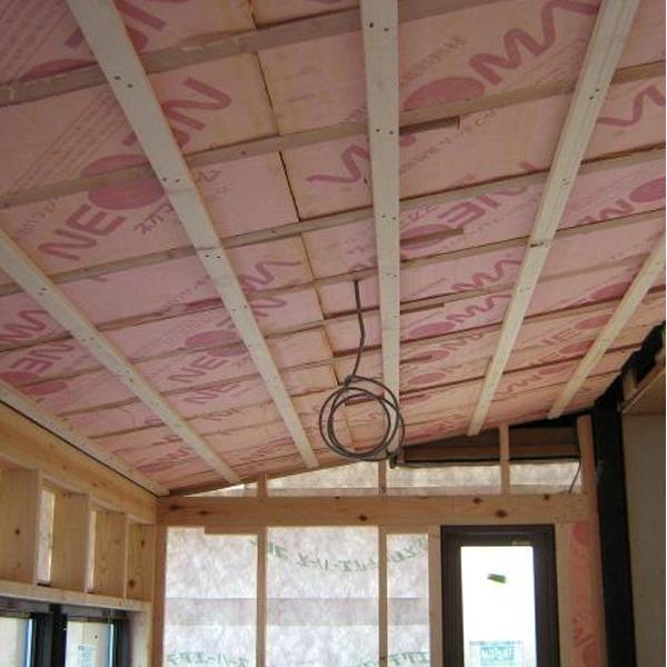 こちらは家の中の様子です。断熱材を敷き詰めていきます。内装もこれからリフォームしていきます。