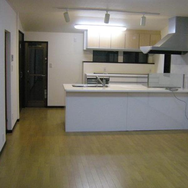 キッチンです。部屋全体が広々とした印象になりました。対面キッチンになり、料理をつくる方とリビングにいる方で会話が弾みそうですね。