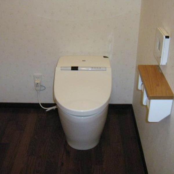 トイレのスペースも広くゆったりとした空間となりました。便器はお手入れが簡単な形となっているので、掃除もラクラクできそうです。
