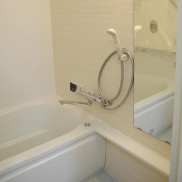 白色で明るく清潔感の感じられる浴室になりました。