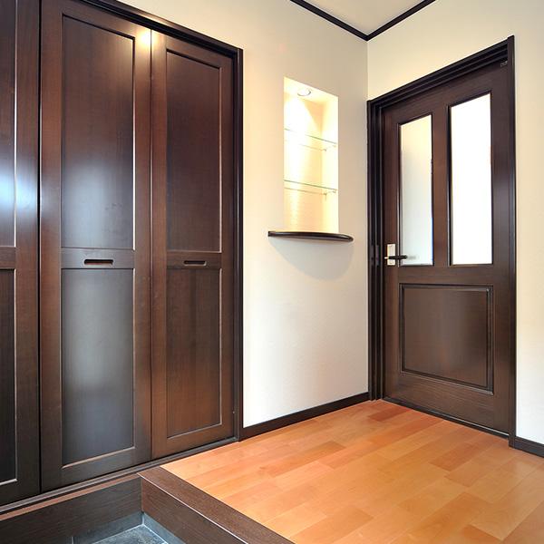 扉のブラウンと壁の白色が落ち着いた雰囲気を出し、間接照明を入れることでしっとりとした、飽きない空間になります。