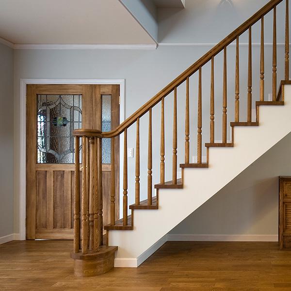 階段や扉からは古風な印象が見受けられ、落ち着いた雰囲気になります。