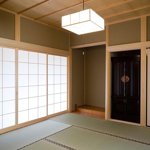 天井や照明にも気を使った和室です。障子からは光が差し込み、畳でリフレッシュすることができます。