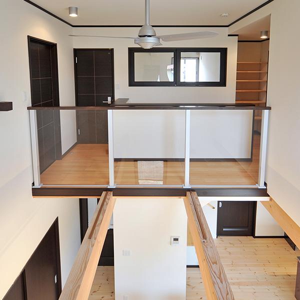 吹き抜けの構造は、リラックスできる環境や明るい光をもたらします。また、1階、2階間のコミュニケーションも容易に取れます。2階の壁を透明にすることで開放的な空間が生まれます。