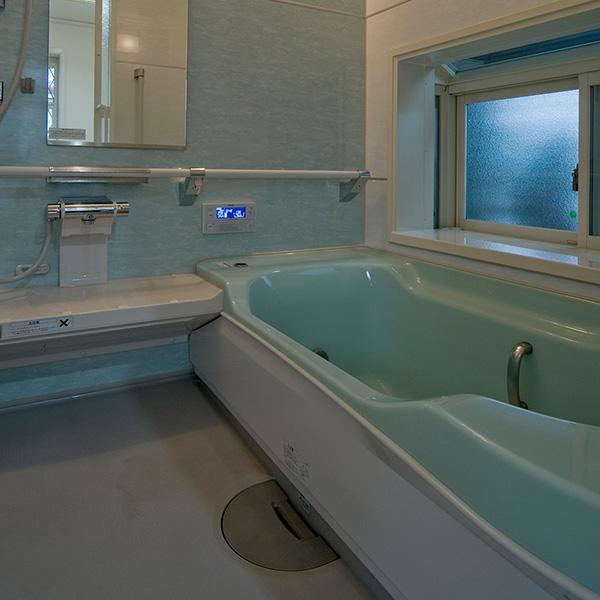 広々とした湯船では手足を伸ばしてくつろぐことができ、白と水色で配色された空間で、日々の疲れを洗い流せます。