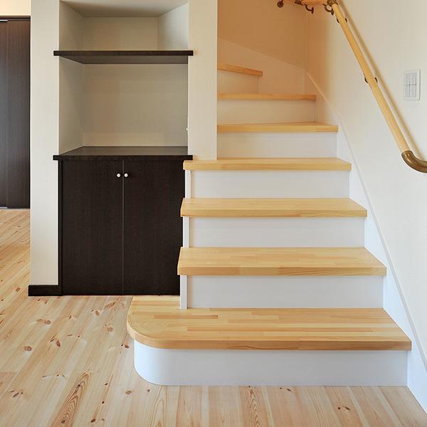 自然素材を使ったオーダーの階段です。住む人を考え、生活しやすい構造になっています。階段も間接照明を取り入れ、モダンな雰囲気が漂います。