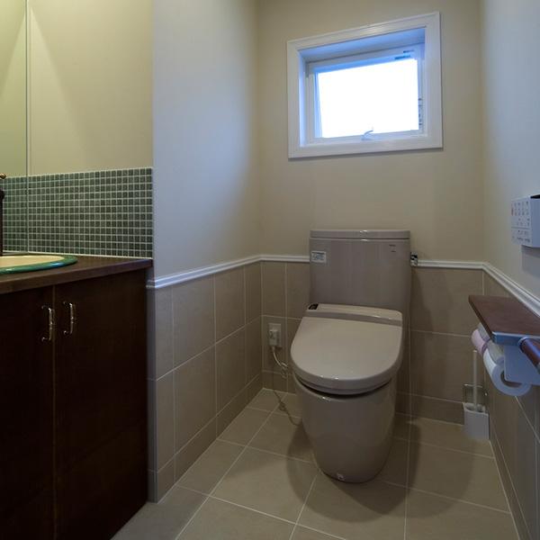 トイレの床と水回りはタイルで構成され、日々のお手入れも簡単にできます。