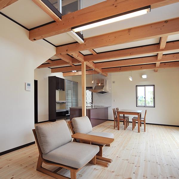 リビングから見える梁は、広く、飽きない空間を提供します。1階には、吹き抜けを通した2階からの光や窓から、明るい光が差し込みます。