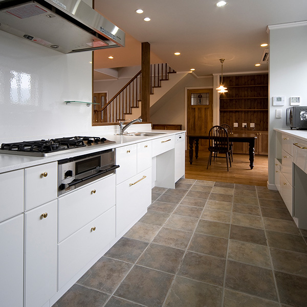 キッチンは広く、一度に複数の料理を作るスペースがあり、収納スペースも多いので準備から後片付けまでがやりやすい設計になっています。