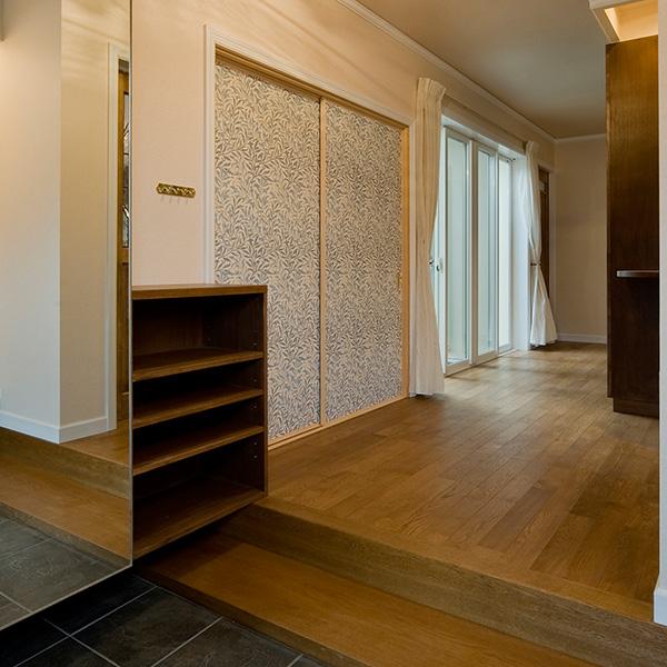 玄関は、段差を軽減するような工夫がされています。収納スペースの扉には鏡が設置され、お出かけ前のチェックもできます。