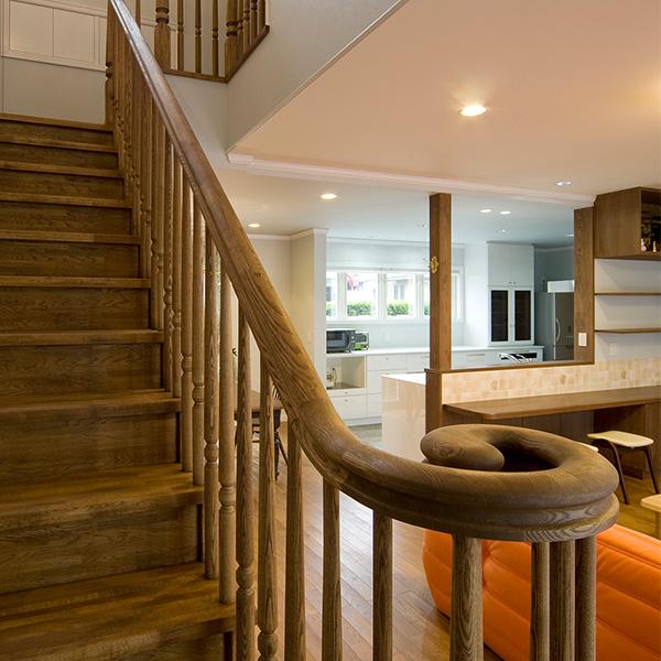 階段を壁でさえぎらないことで、圧迫感を排除しています。古風なデザインが落ち着いた雰囲気を出しています。