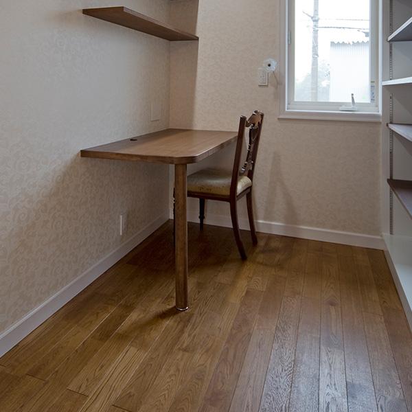 書斎はシンプルに、集中できるような環境が整っています。シンプルな作りのため、手入れもし易くなっています。