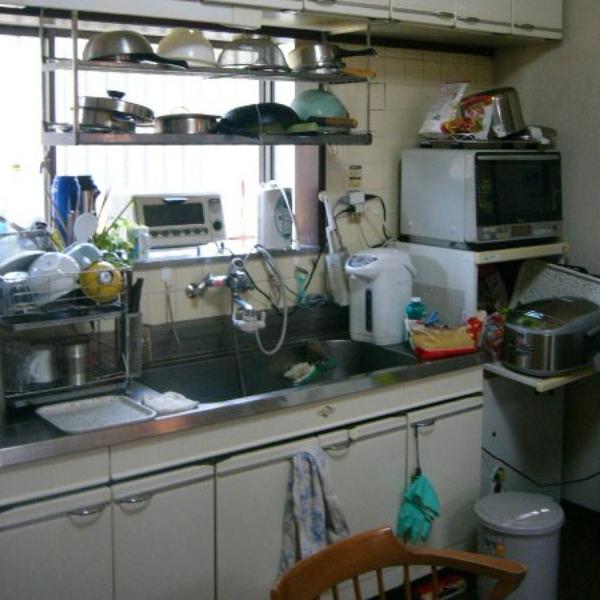 施工前のキッチンの様子です。収納がいっぱいで物が溢れてしまっています。