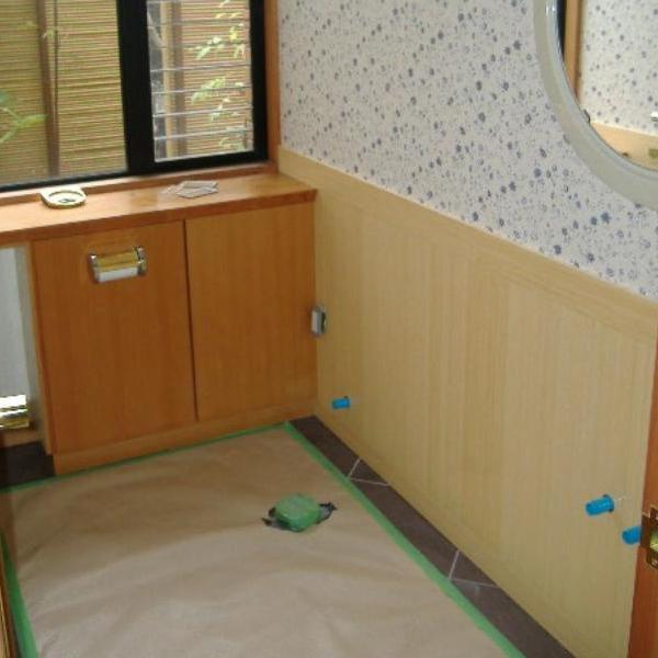 まずはお客様宅の床を汚さないように養生を行ってから施工に入ります。それから便器や手洗いを全て交換し取り替えていきます。