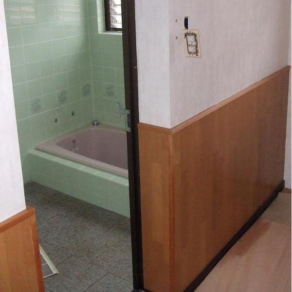 手すりもなく、車いすも通りにくく不便な浴室でした。