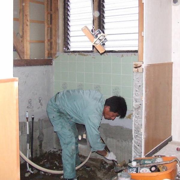 浴室の壁、浴槽、床を全て取り外していきます。