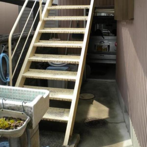 階段も長年使用していたため、劣化が進んでいます。