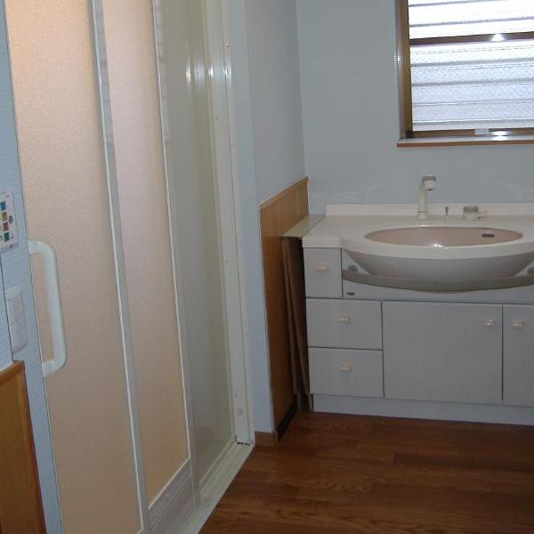 入口も2枚引戸にして開口を広く取ることができ(もちろんバリアフリー)、浴室内での動きもすごく楽に(浴槽ステップ・手摺など)できるようになりました。