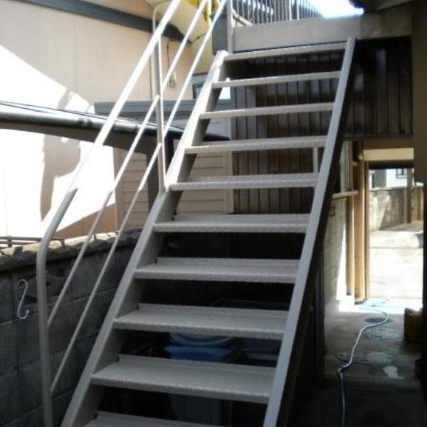 階段も塗装を行いました。真っ白に綺麗になりました。