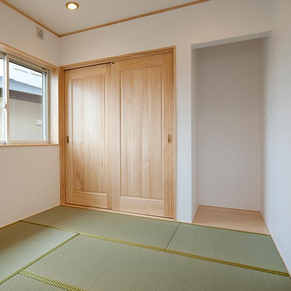 押入れは、ふすまではなく、無垢材の扉を設置しました。すっきりとシンプルに見えます。
