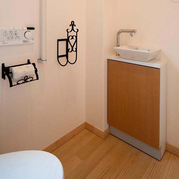 広々としたスペースの中には、こんなおしゃれな洗面台を設置しました。鏡やタオル掛けなどのデザインも統一させました。