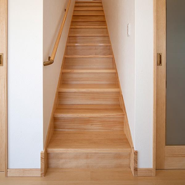 二階へと続く階段です。ゆったりとした造りになっています。木材の良い香りがします。もちろん、手すりもしっかりと完備しています。