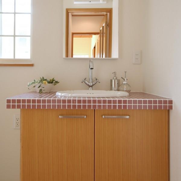 洗面台はタイルを貼り可愛く仕上げました。