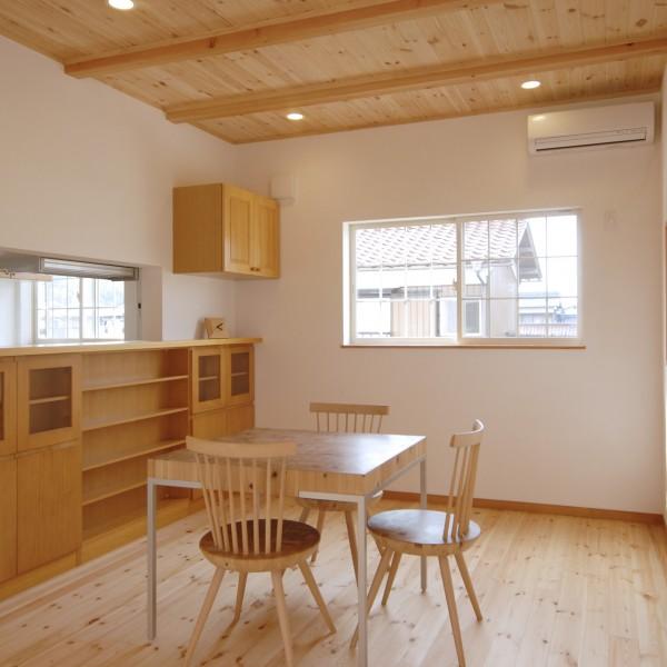 天井と床に無垢材をはりナチュラルな空間に。