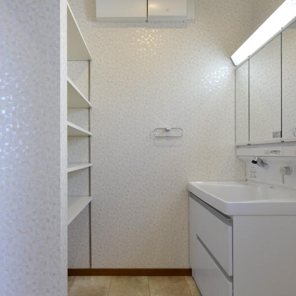 収納スペースがたっぷりの洗面脱衣所です。