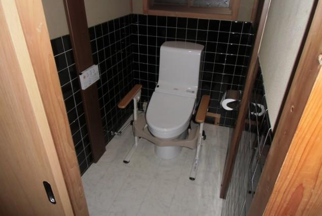 広々とした空間と手すりを設けた、バリアフリーのトイレ