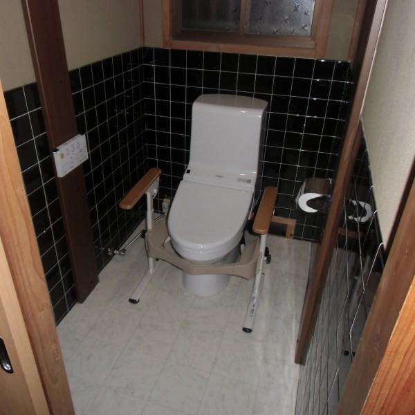 隣同士に二か所あったトイレを一つにし、仕切っていた壁を取り壊すことで、広い空間になりました。 そして床付式の肘掛も設置しました。