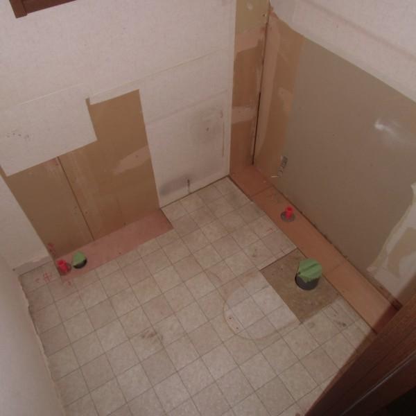 便器も手洗いカウンターもすべて取り外します。