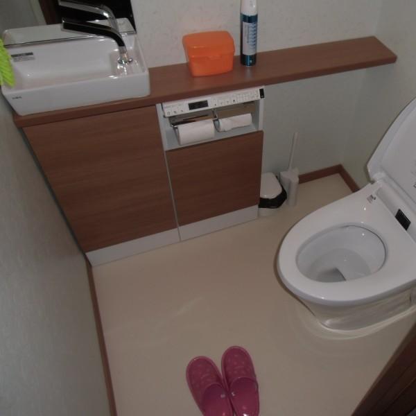 床も張替え、便器なども取り替えたので、すっきりした清潔感のあるトイレになりました。
