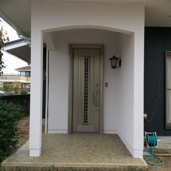 玄関ドアは断熱性にも優れ、外壁のイメージに合ったドアになりました。