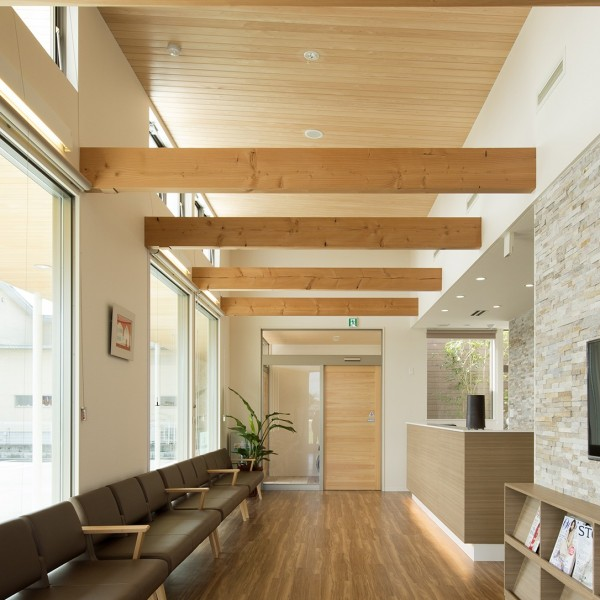 大きな窓と見せ梁で開放感のある待合い室です。