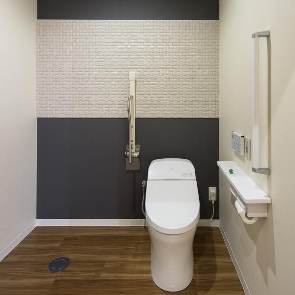 広々空間のトイレは体が不自由な方でも利用しやすいです。