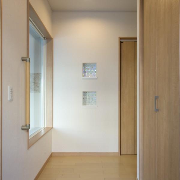 玄関ホールはニッチと大きな窓を設け、インテリアを楽むことができます。