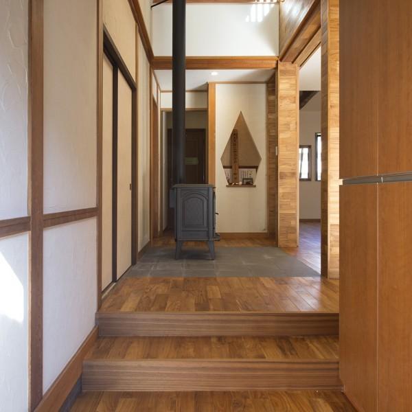 玄関を入った瞬間に薪ストーブが見える設計になっています。