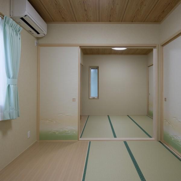 ベットを置くため床は一部板間にしました。