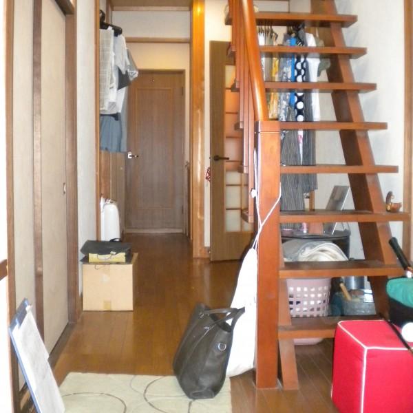 玄関から見た室内です。薪ストーブを置くために階段の位置を変更します。