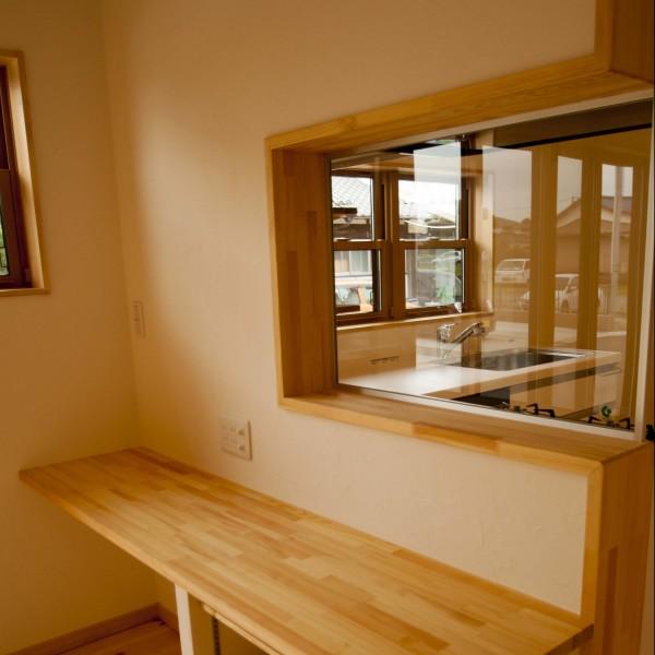調理中の油はね対策としてキッチンとリビングの間に透明なガラスを設置しました。