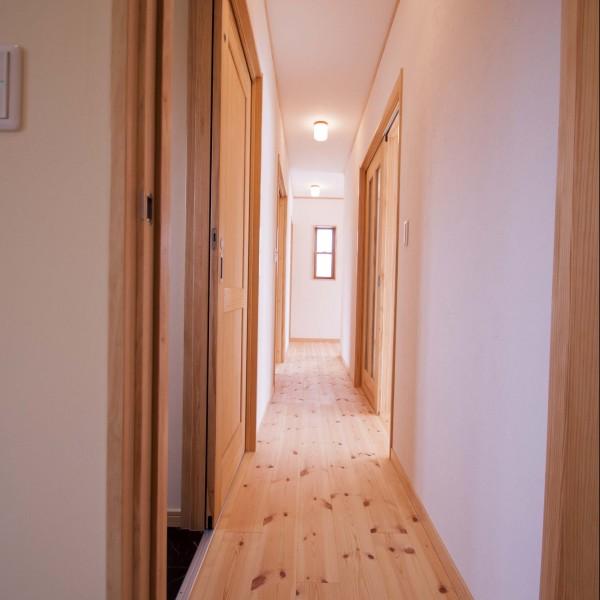 長めの廊下でプライベートな空間の静寂を保てるようにしました。
