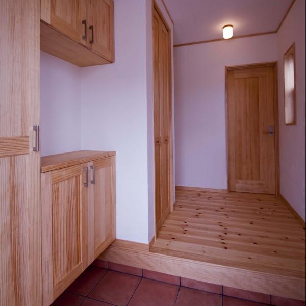 広々とした明るい玄関。下駄箱や物入を充実させたので、すっきりした空間になりました。