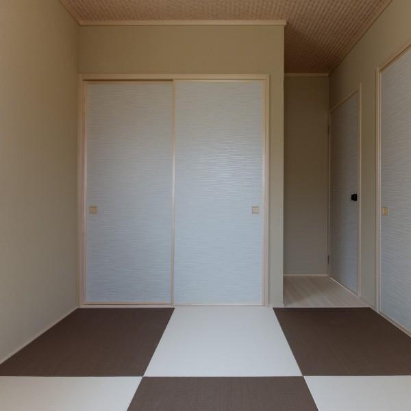 畳は白茶色と胡桃色で貼り分けました。