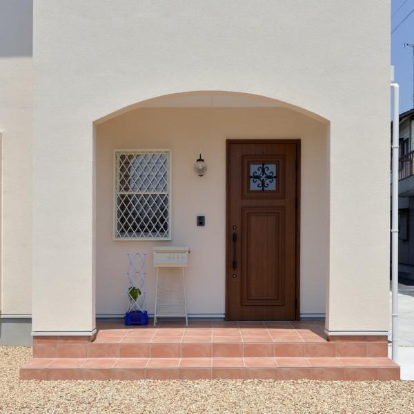 木製のドアとRの垂壁が温かみのある室内を想像させます。