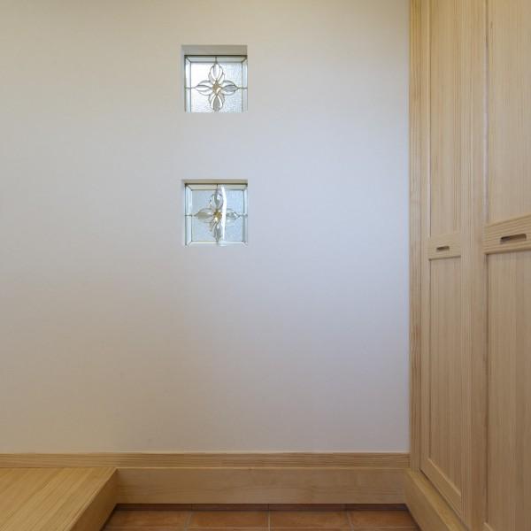 玄関にはたっぷり入るシューズクロークと正面の壁のステンドガラスがアクセントです。