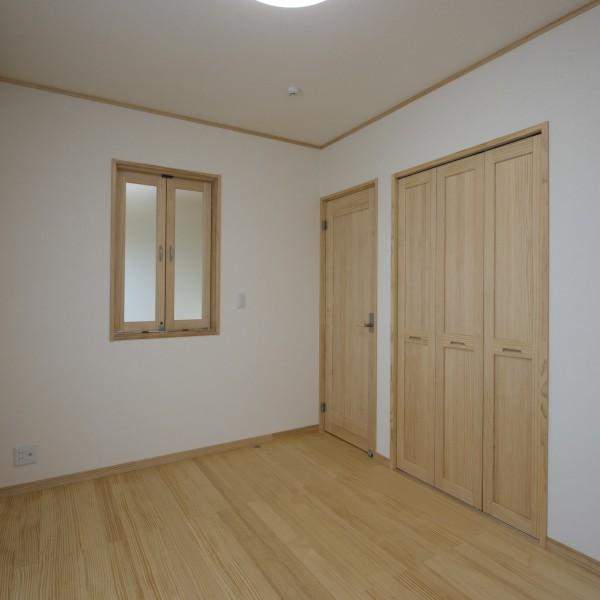 子供室には室内扉がありリビングと直接会話ができます。