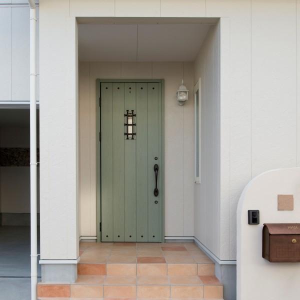 緑色の玄関ドアと優しい色合いのタイルで可愛らしい玄関です。