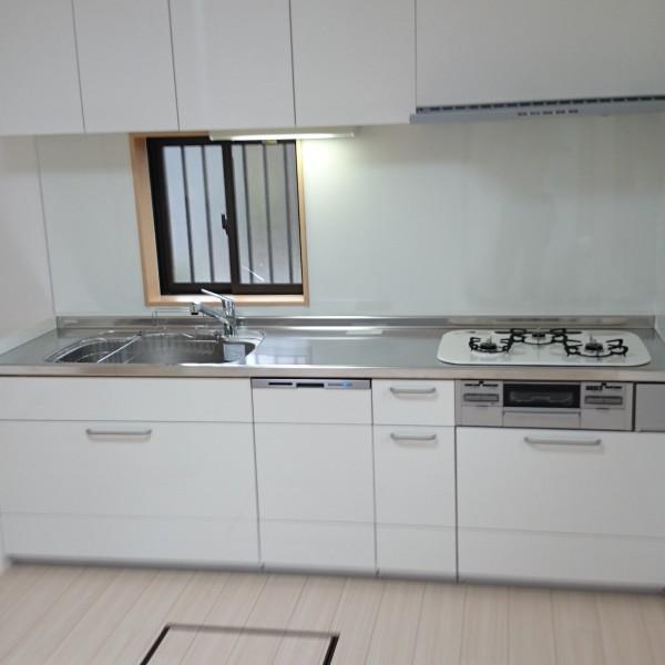 白いカラーで清潔感の感じられるキッチンになりました。導線もよくなりお料理もしやすくなりました。