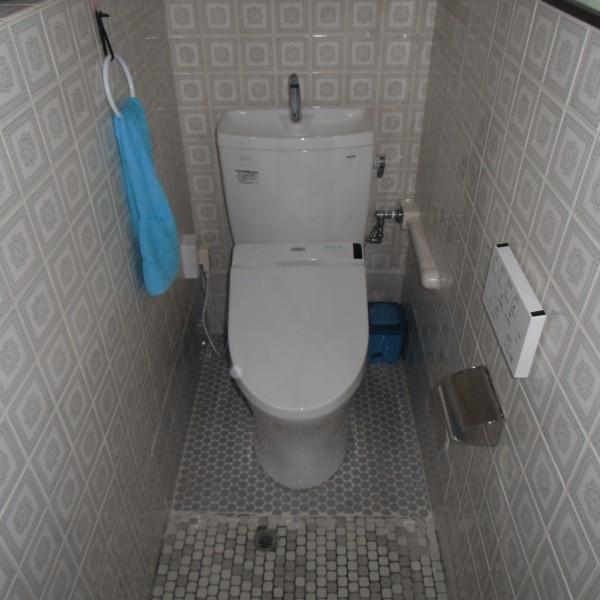段差をなくし、洋式トイレへ変更しました。 壁面も床面も既存の物を使用しました。